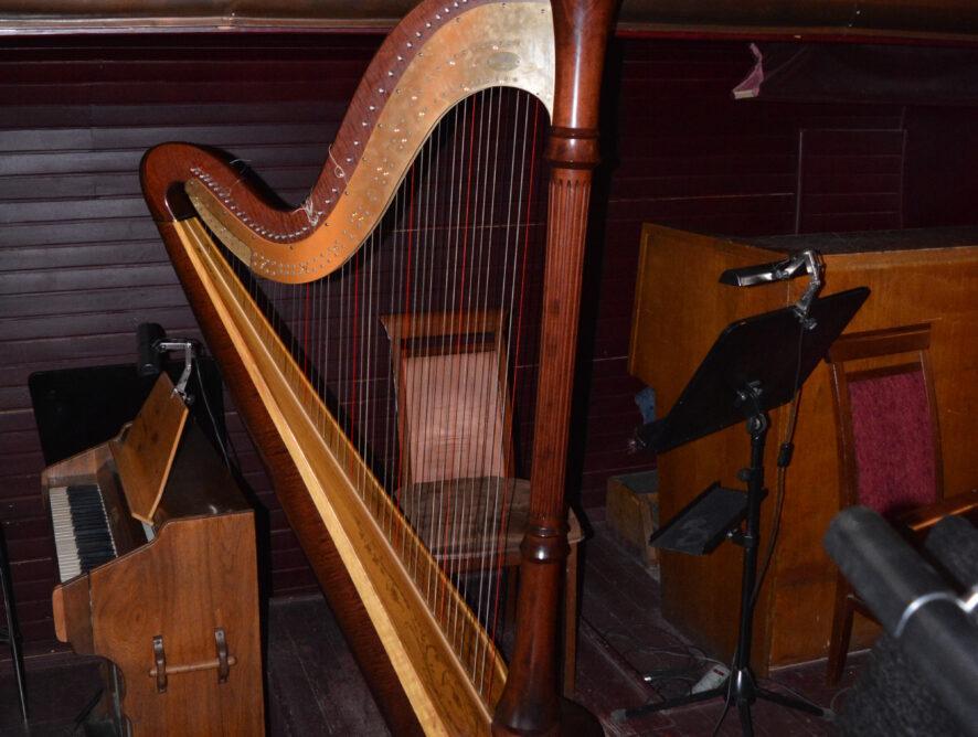 арфа в оркестровой яме оперного театра