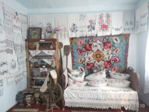 прекрасную коллекцию рушников, образцов народного мастерства вышивки, предметов быта