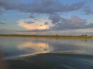закат на прогулке по реке